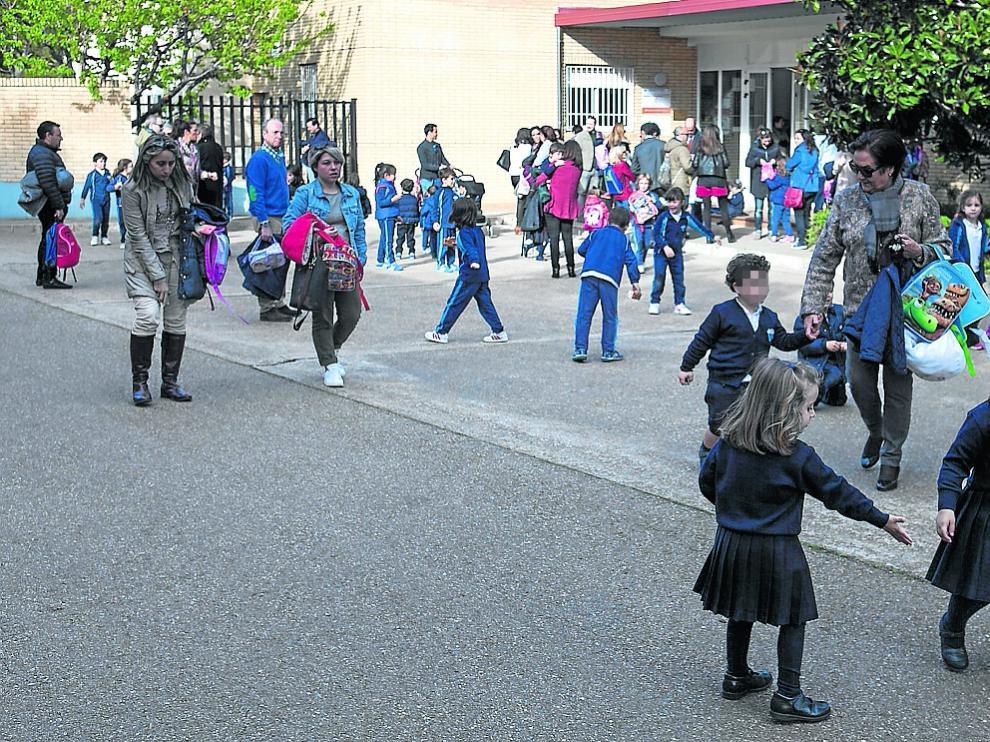 Salida del colegio Virgen de Guadalupe, en la tarde de ayer