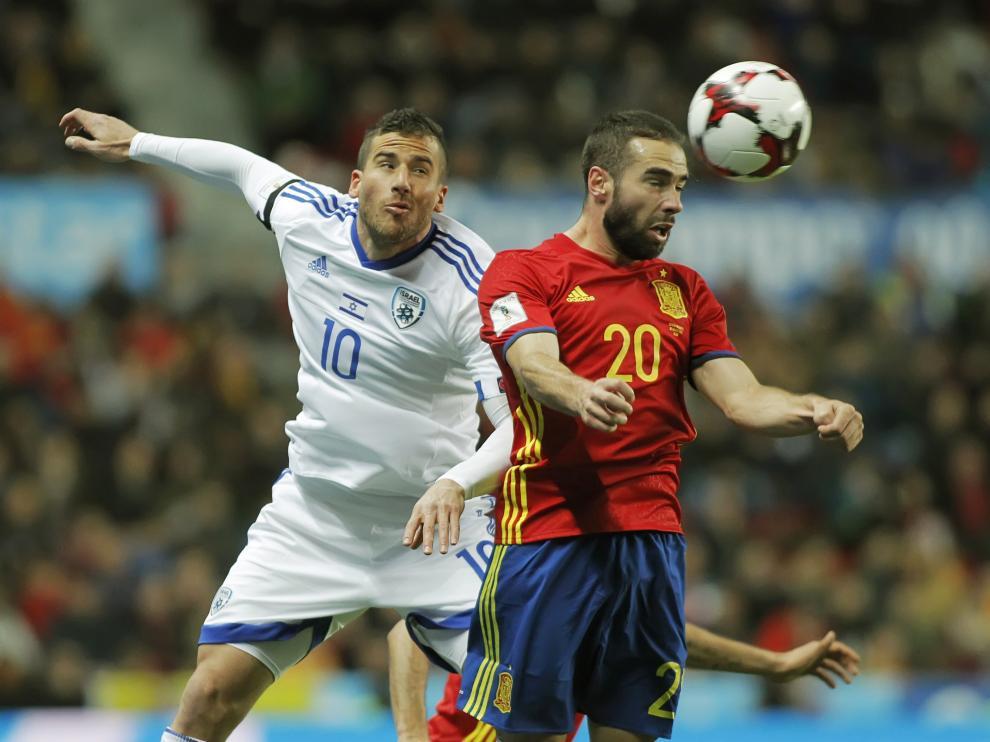 El defensa de la selección española de fútbol Carvajal cabecea el balón ante Hemed, del Israel.