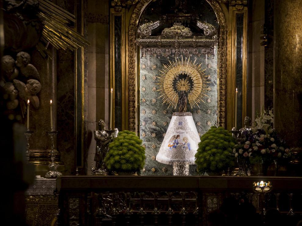 La Virgen, ayer en la basílica del Pilar, con el manto bordado por Olga Velilla.