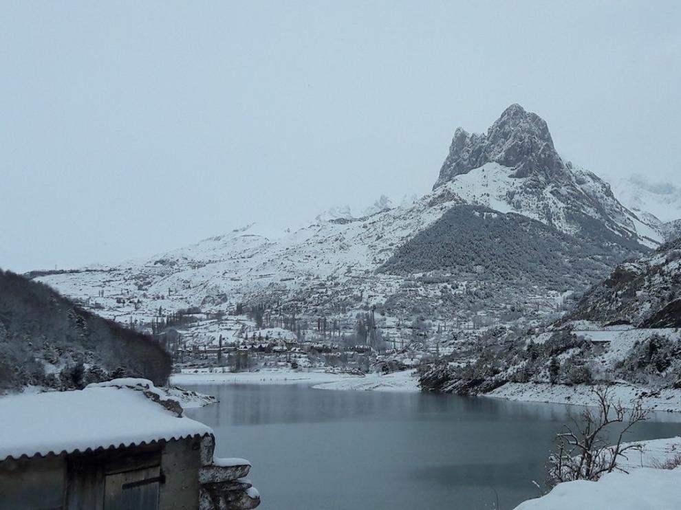 El Valle de Tena ha amanecido este sábado, 25 de marzo, con 20 centímetros de nieve.