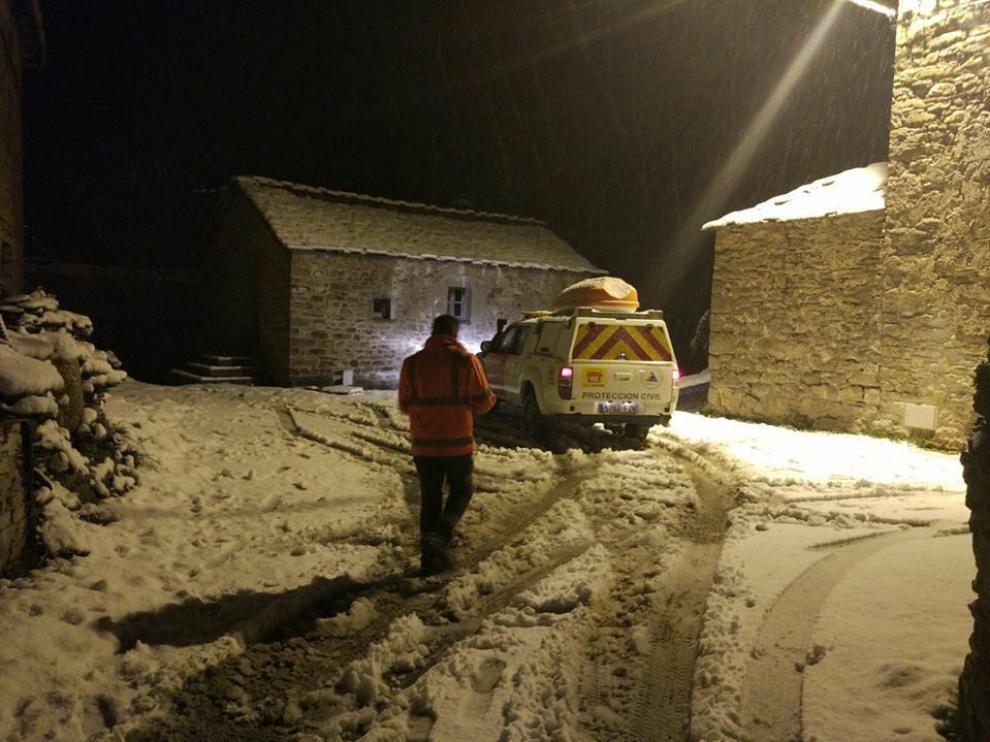 Rescatan a una familia con una menor extraviada por la nieve en una pista forestal de Belsué.