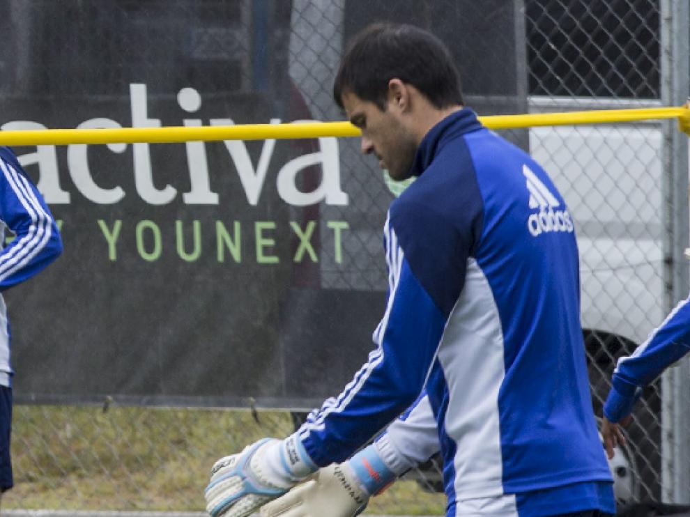 Sebastián Saja, jugando con un balón durante el entrenamiento matinal de este lunes en la Ciudad Deportiva, horas después de regresar de madrugada desde Elche.