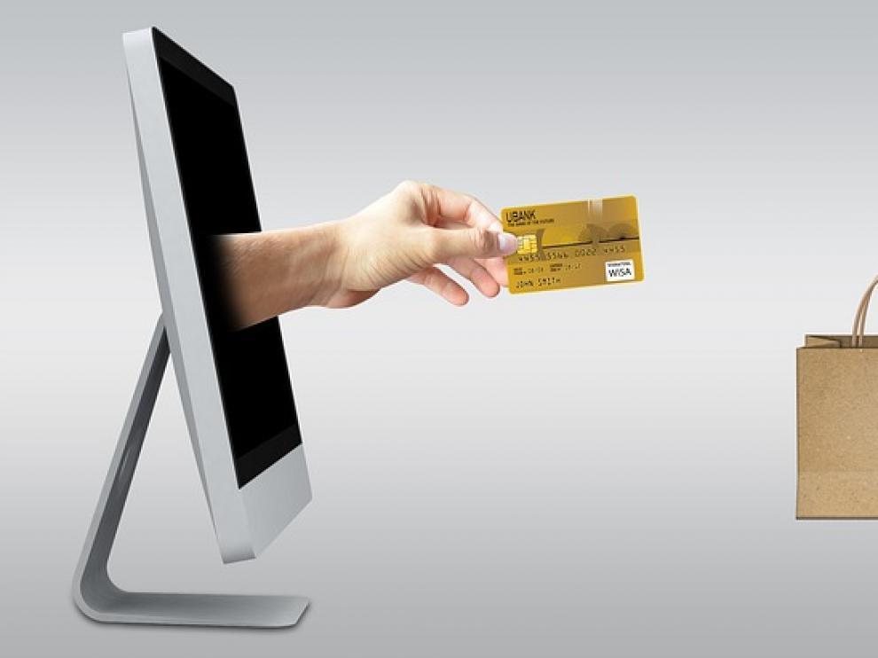 Las mujeres se gastan de media 119 euros en ropa masculina para él comprada por internet.