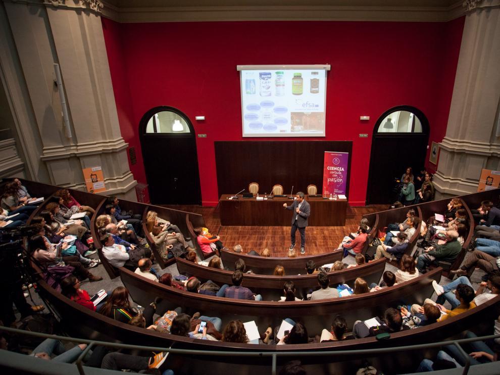 Las primeras sesiones de la Jornada de Divulgación de la Universidad de Zaragoza llenaron el aula magna hasta la bandera