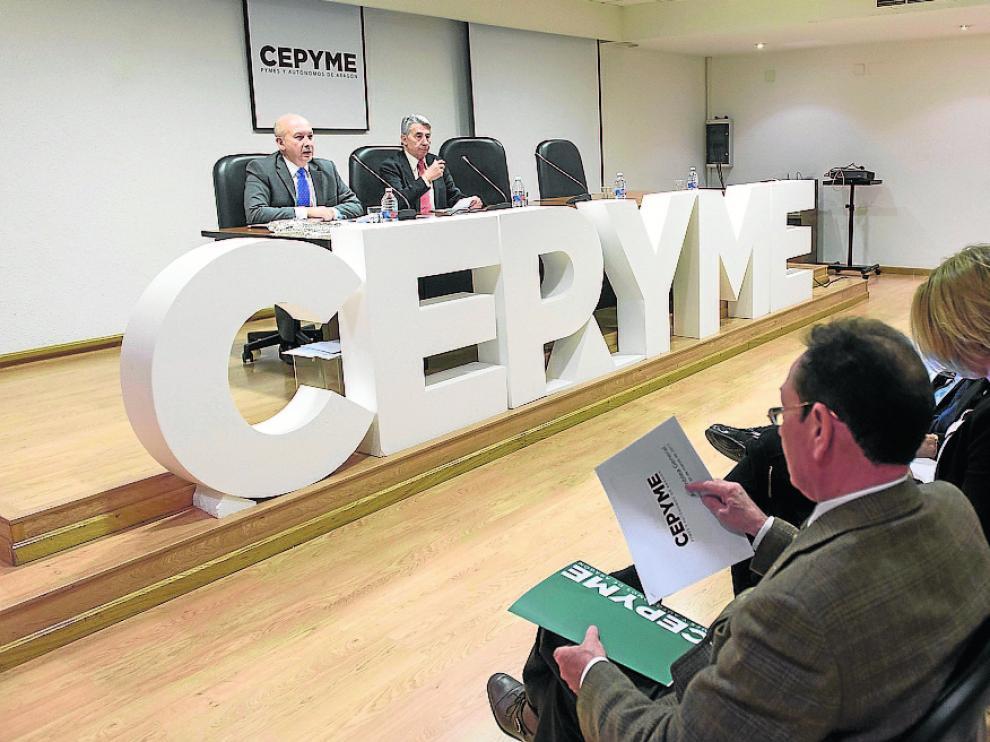Carmelo Pérez, secretario de Cepyme, y su presidente, Aurelio López de Hita, ante la asamblea.