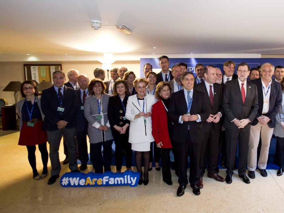 Marimar Angulo, en quinta posición empezando por la izquierda, en una foto de familia en el Congreso del PP Europeo en Malta