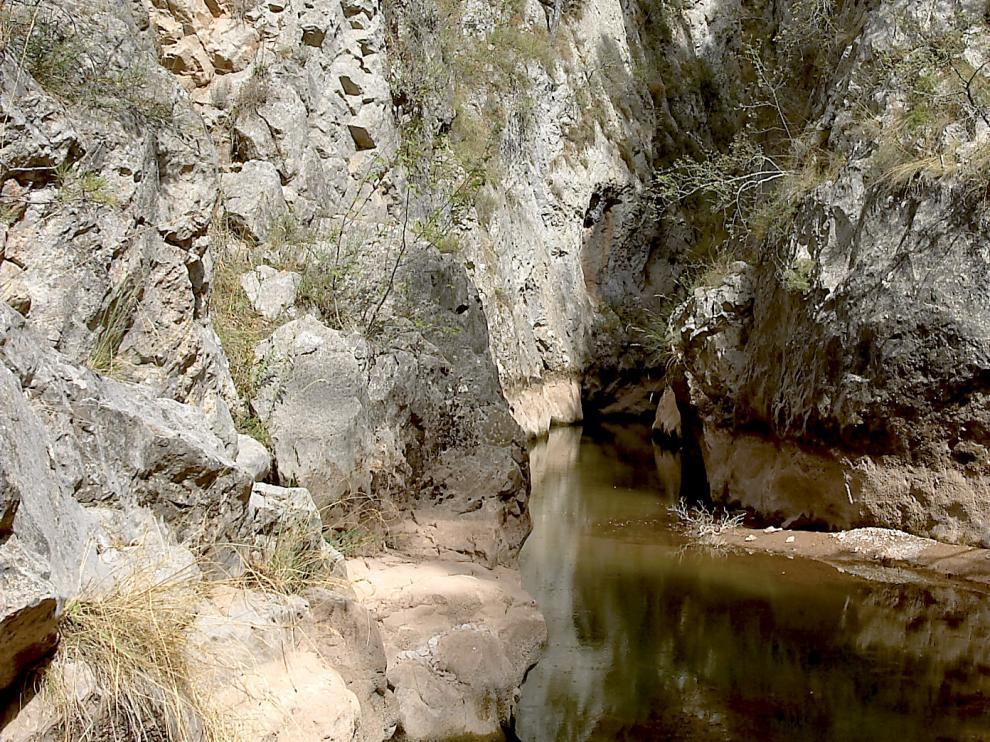 El río Mijares discurre encajonado entre paredes rocosas que superan los 100 m de altura.