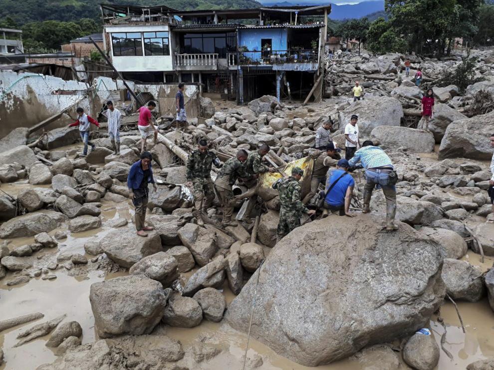 Al menos 92 muertos y 212 los heridos por avalancha en sur de Colombia.