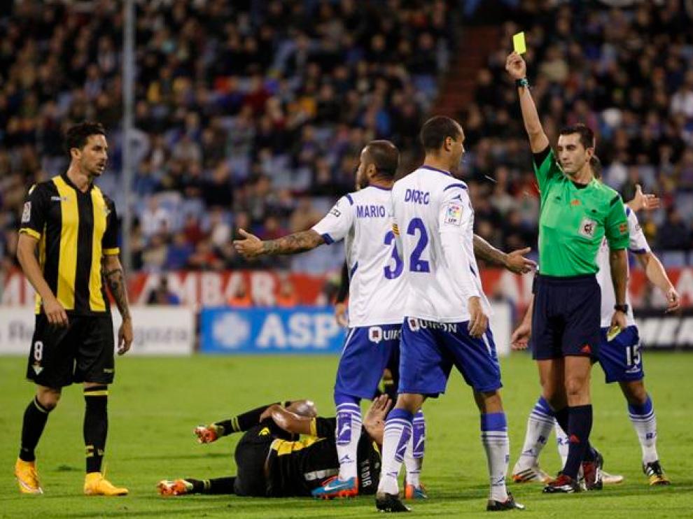 Areces, mostrando una tarjeta a Diogo en el Real Zaragoza-Betis de hace dos temporadas en La Romareda.