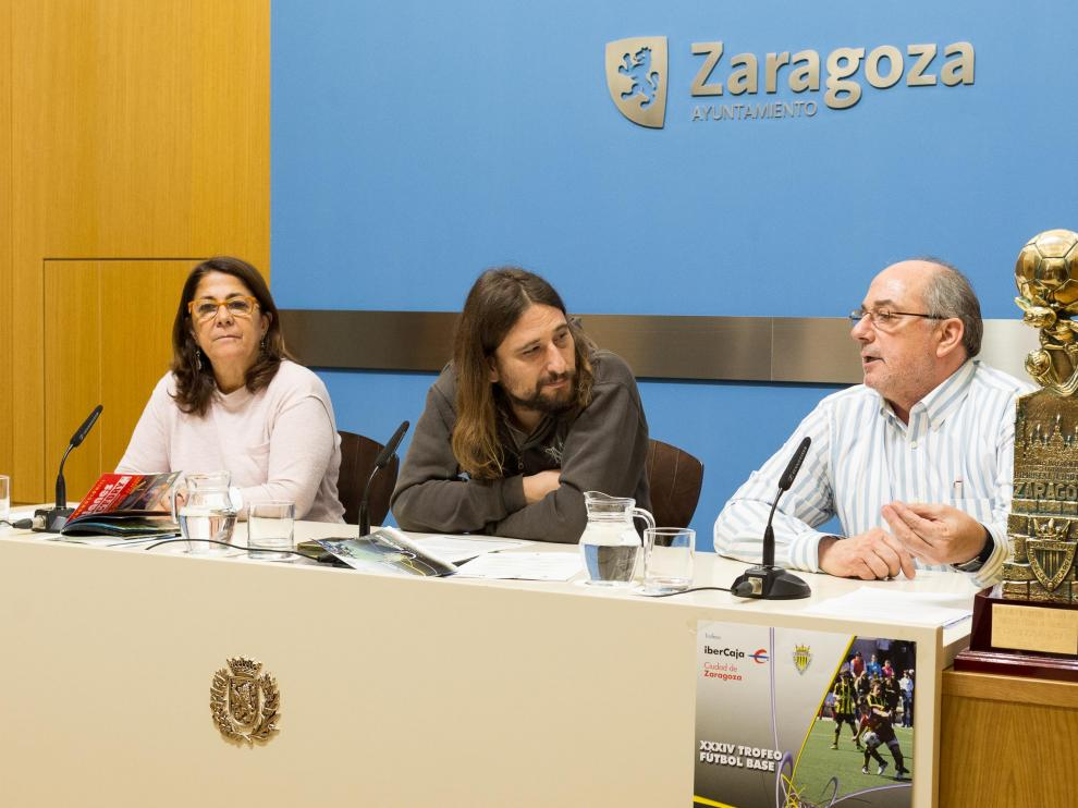 Pablo Híjar, en el centro, durante la presentación del torneo del Balsas Picarral.