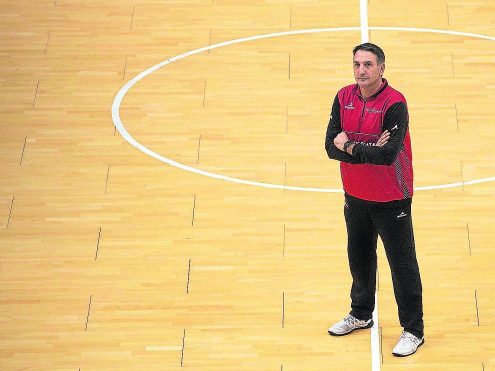 El entrenador del Tecnyconta, Luis Guil, posa en el centro de la pista del pabellón Príncipe Felipe, ayer, tras el entrenamiento.