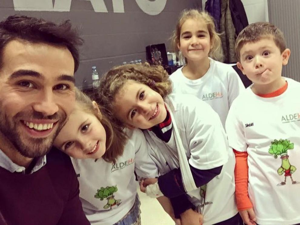 Varios niños con Alex Lamata, entrenador personal del proyecto Aldeha, cuyo objetivo es sentar las bases de los hábitos saludables en la infancia.