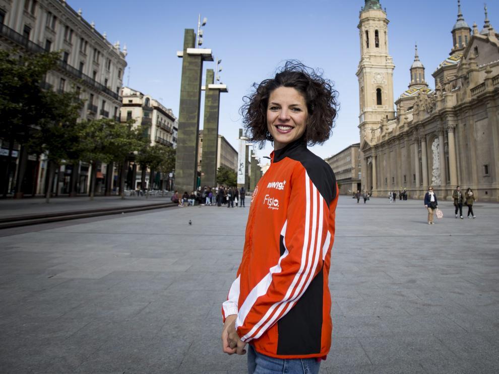 La atleta del Running Zaragoza posa en la plaza del Pilar.