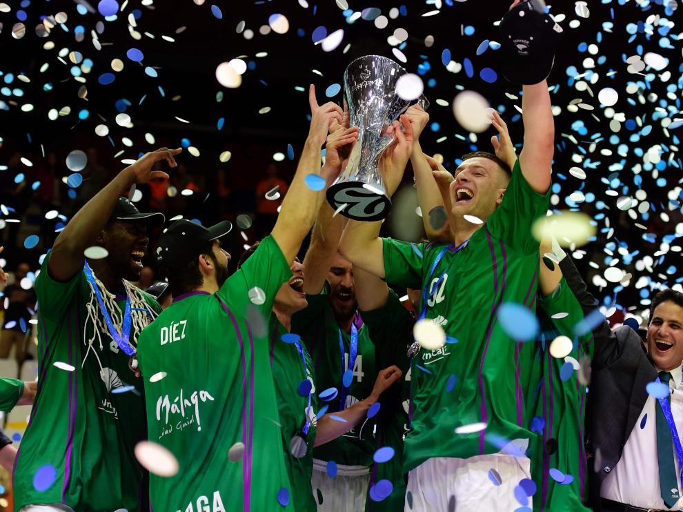 Los jugadores de Unicaja celebran su victoria.