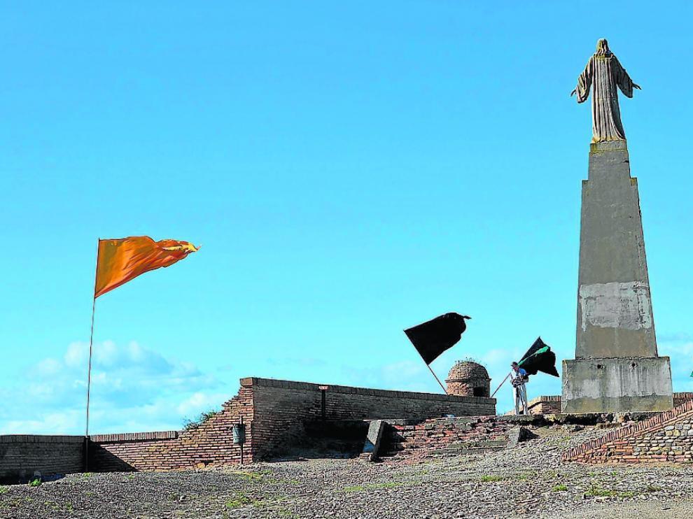 La estatua, de gran altura, domina el patio de armas del castillo de Monzón.