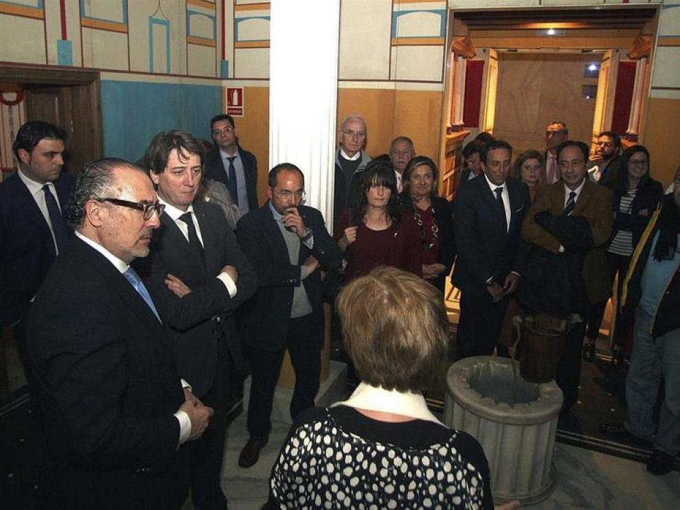 El alcalde de Soria, Carlos Martínez (2i), y el director de Área de Negocio de CaixaBank en Aranda-Soria, José Ignacio Arroyo (i), entre otros, durante la inauguración de la exposición 'Romanorum Vita. Una historia de Roma'.