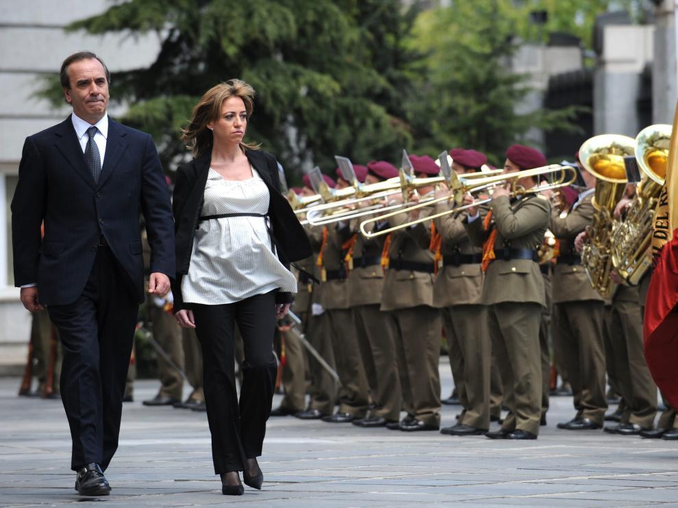 Chacón pasando revista a las tropas junto al exministro Alonso, también recientemente fallecido.