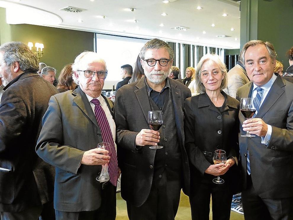 Ramón Justes (Enate), el artista Jaume Plansa, su esposa Laura y Luiz Nozaleda, presidente de la bodega.