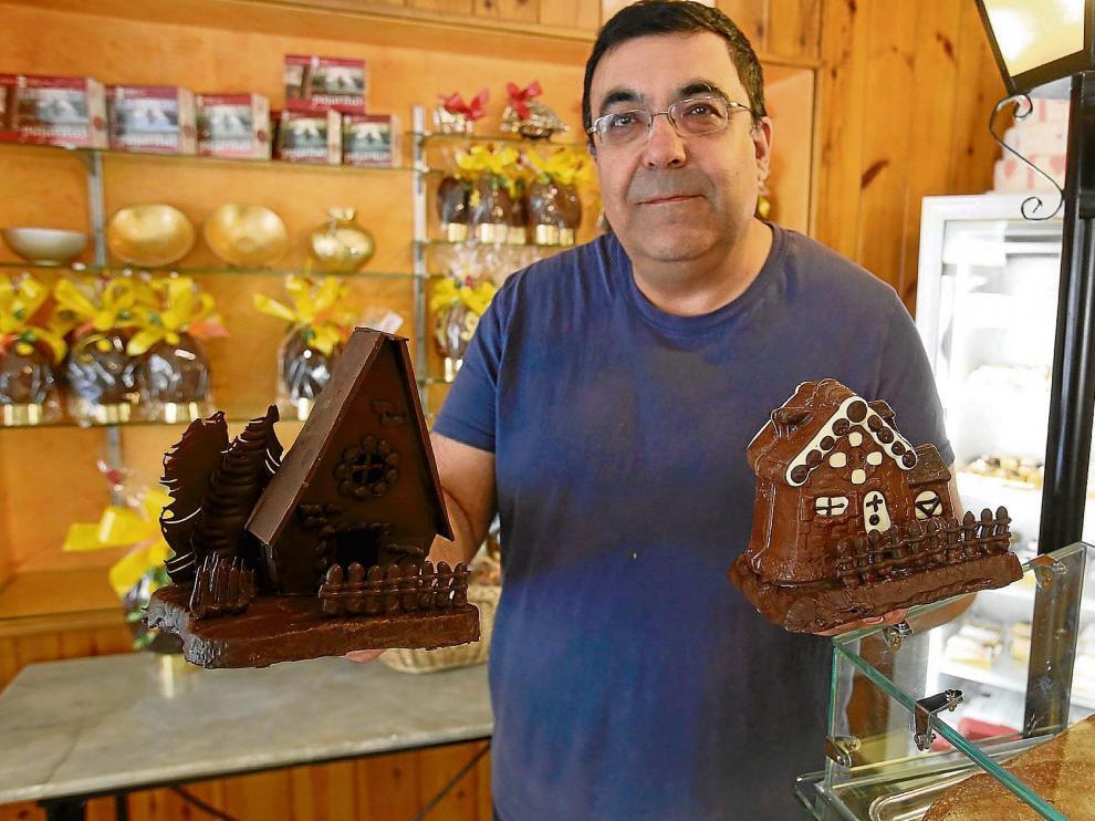 Manuel Lorés, maestro pastelero de la confitería Soler, de Huesca, con dos de las monas que vende este año.