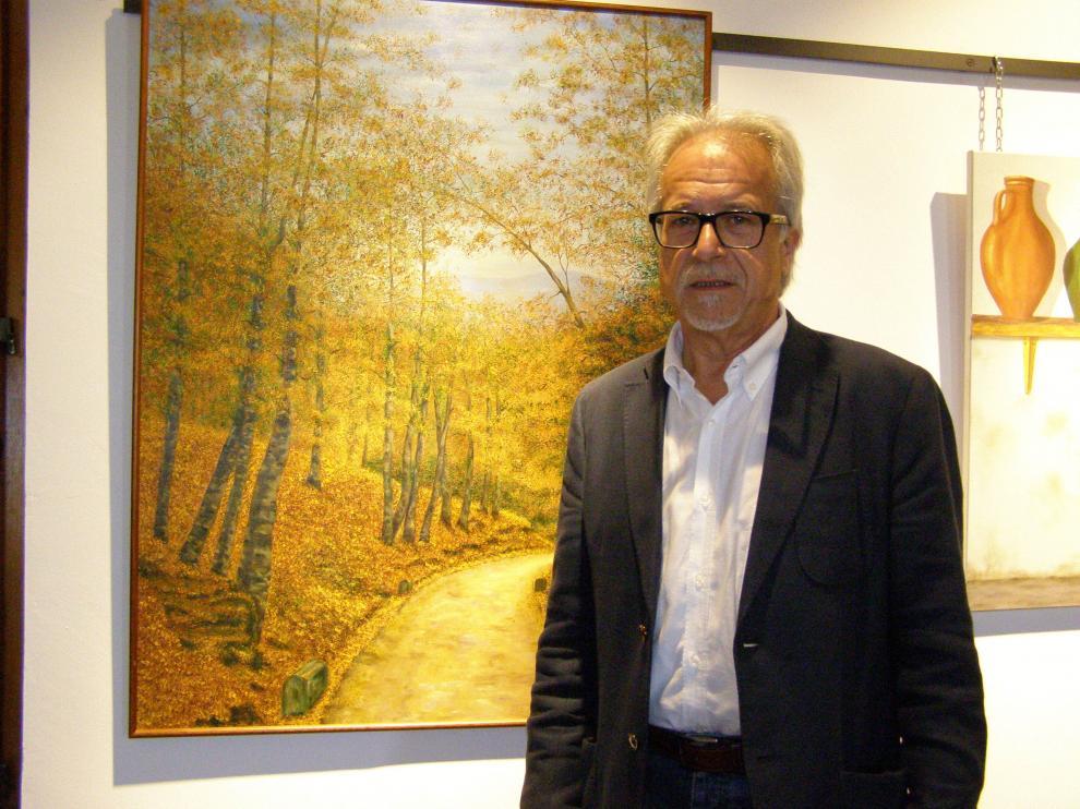 El autor, José Luis Sancho Poyo, delante de una de sus obras.