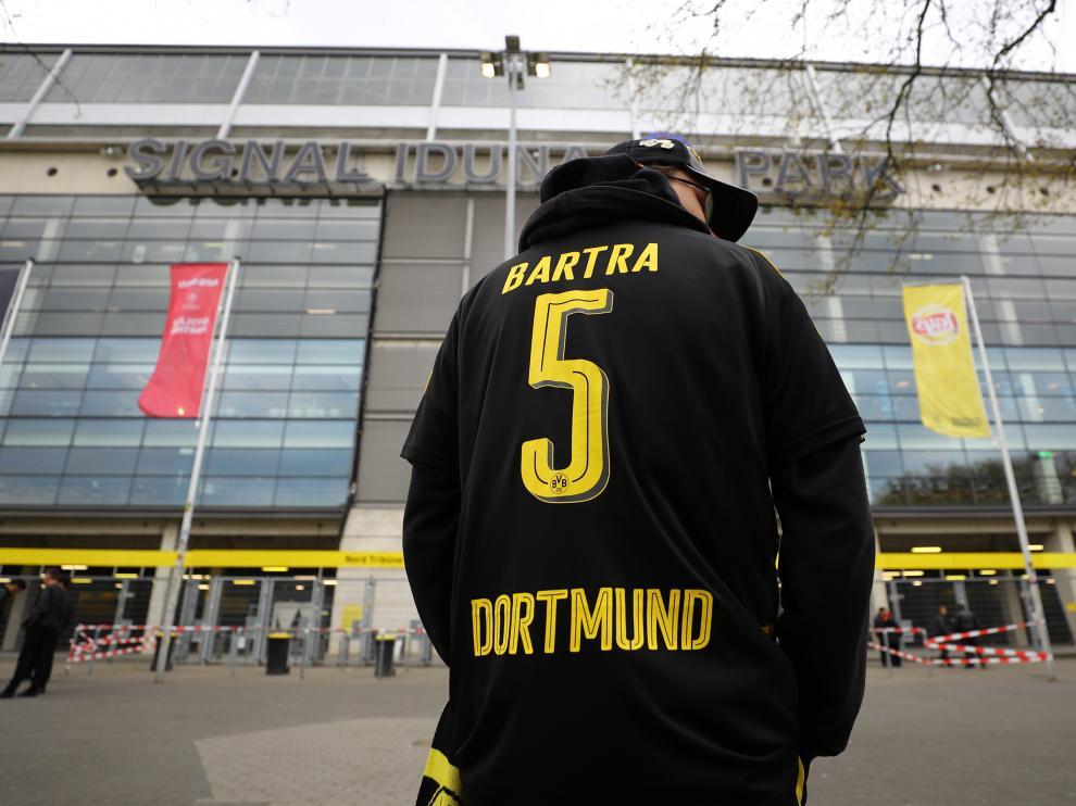 Un aficionado del Dormund, con la camiseta de Marc Bartra, este miércoles.
