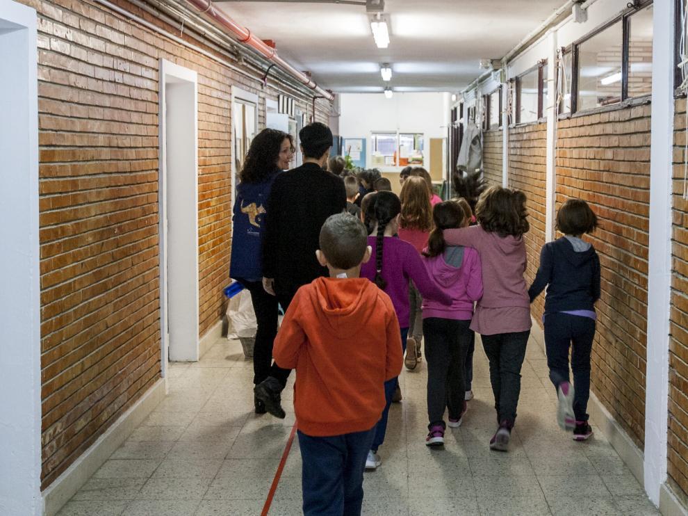 Alumnos y profesores en el pasillo de un centro educativo aragonés.