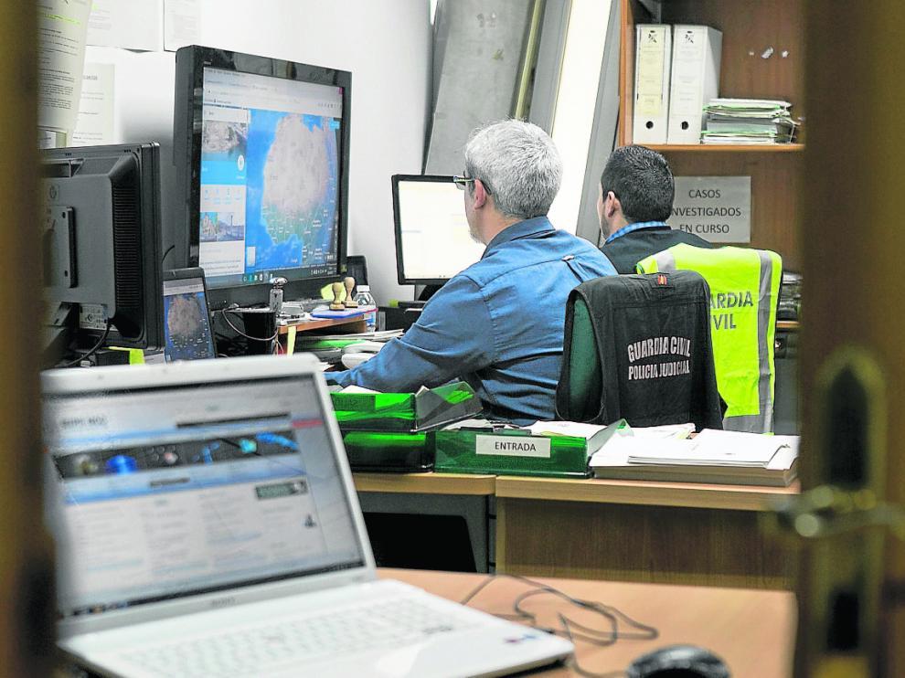 Miembros del Equipo de Investigación Tecnológica de la Guardia Civil en su despacho.