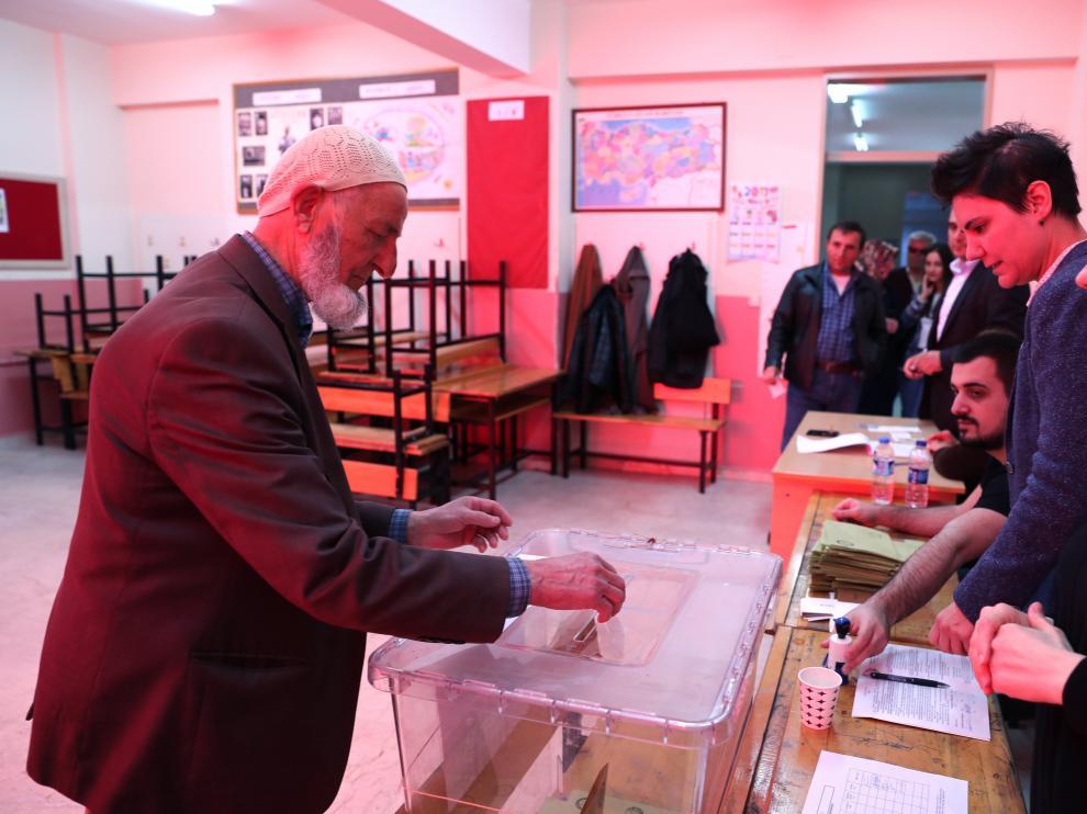 Un turco vota en Estambul.