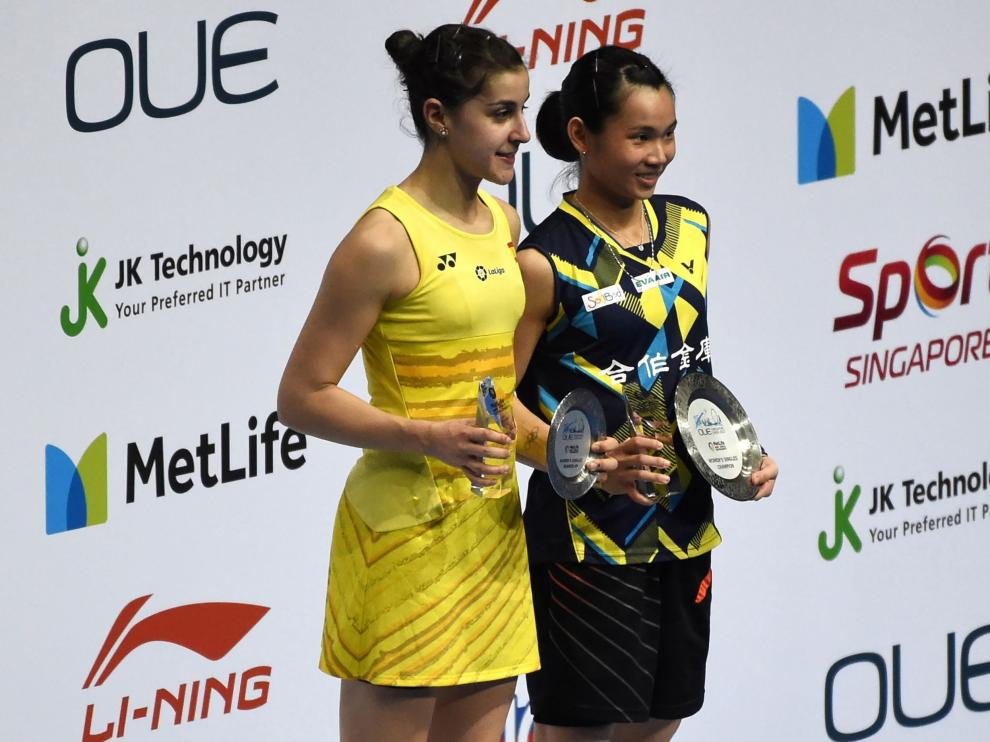 Carolina Marín, subcampeona, junto a la vencedor del Abierto de Singapur