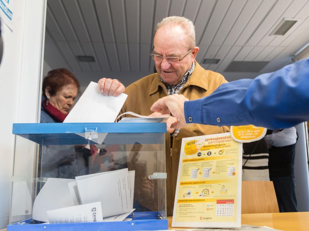 Una persona votando en los Presupuestos Participativos, en una foto de archivo.