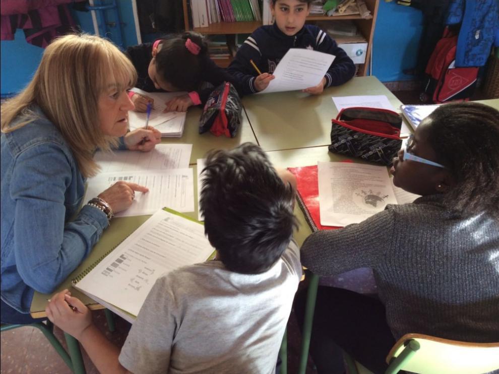 Grupo interactivo en el colegio Ramiro Soláns, en el que participan jubilados y voluntarios.