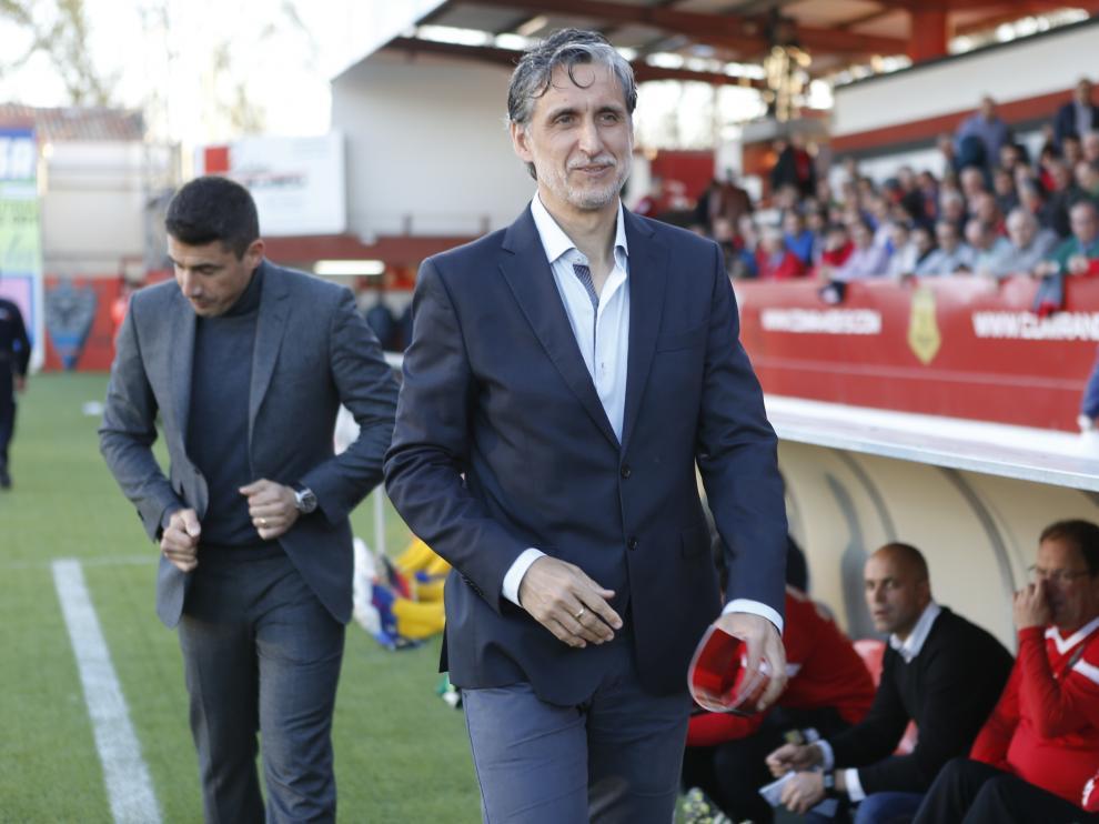 Pablo Alfaro, en el área técnica del banquillo del Mirándes en Anduva.