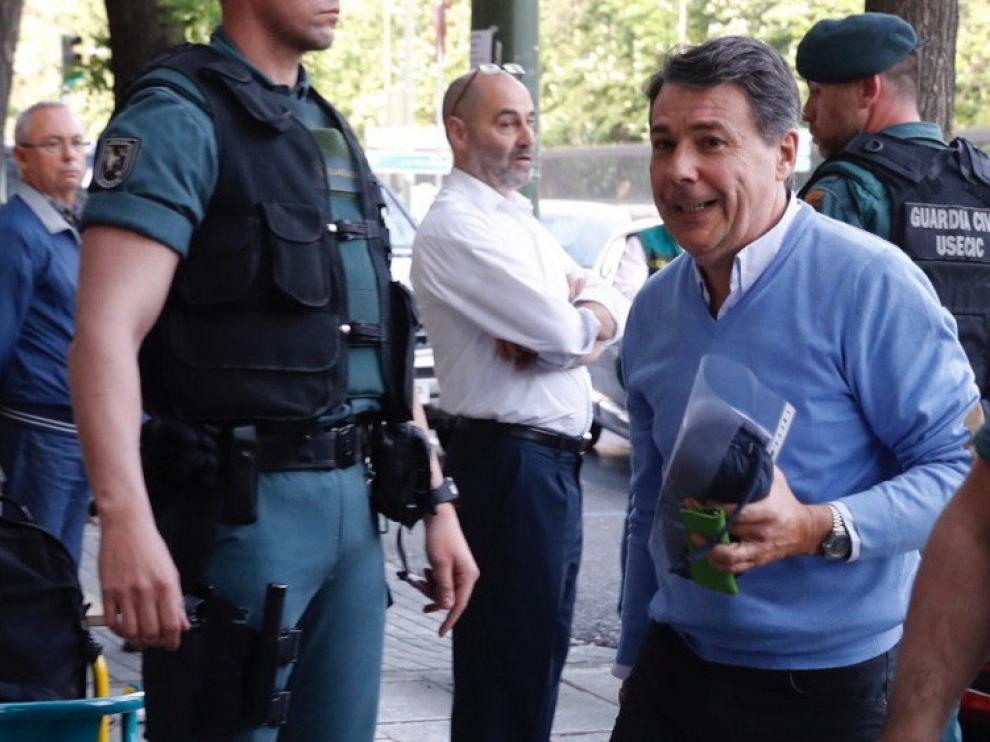 Ignacio González acude a su despacho acompañado por la Guardia Civil