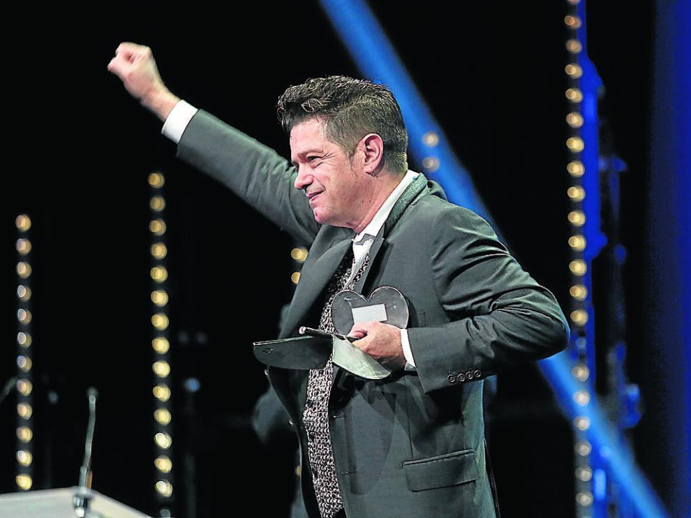 Santiago Auserón, con su premio. Luego le cantaron... y cantó.