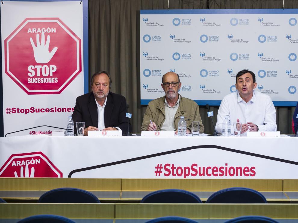 Pedro Camarero, portavoz de Stopsucesiones Huesca; Francisco Langa, portavoz en Aragón; Miguel Ángel Ramos, portavoz de la asociación en Zaragoza y Jorge Alarcón, asesor de la Plataforma.