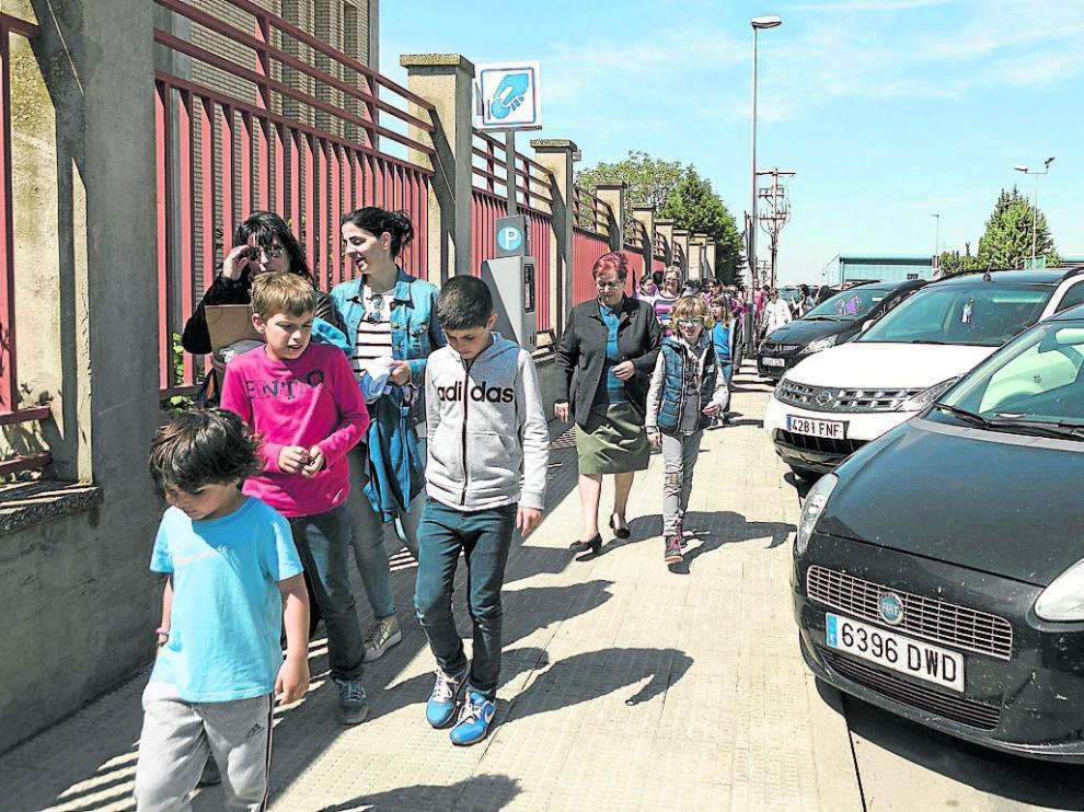 Primer día de zona azul en la avenida de la Portalada de Alagón, ayer a la salida del colegio.