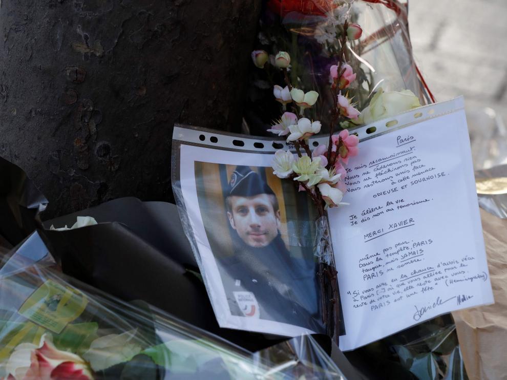 Una imagen y una carta en el lugar donde falleció el policía que fue disparado.