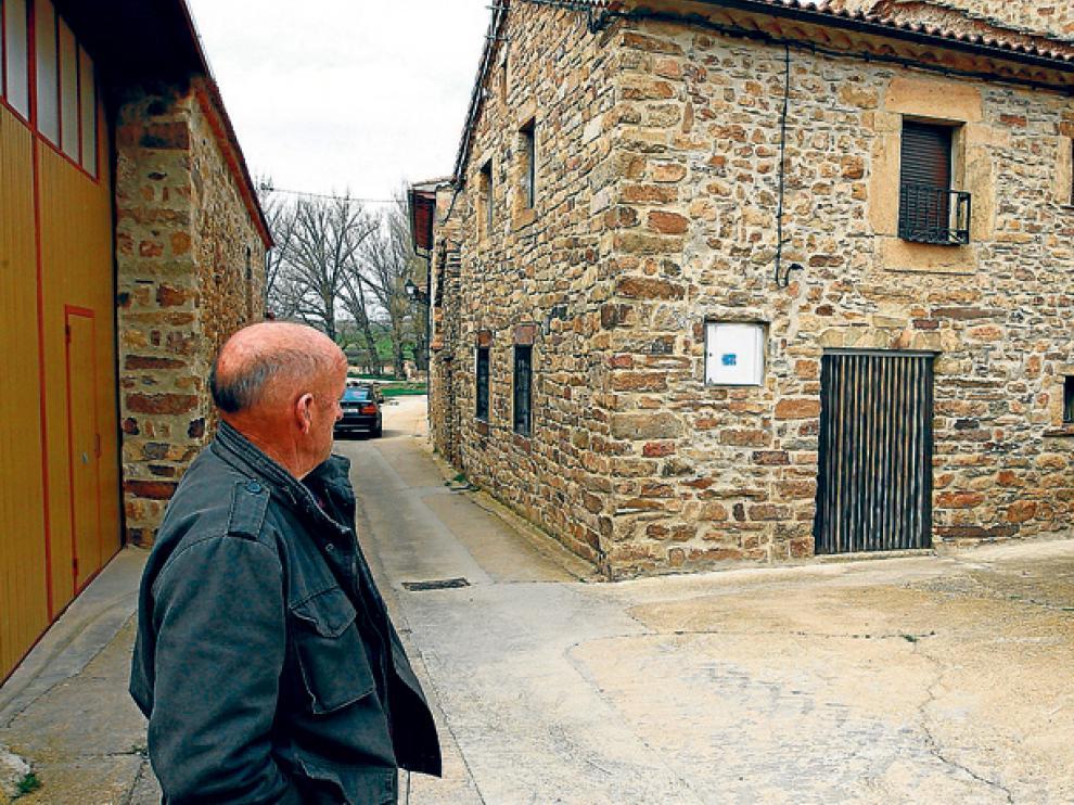 Un vecino de Aldealices, frente a la casa que el Ayuntamiento ha alquilado a una familia para que viva en el municipio