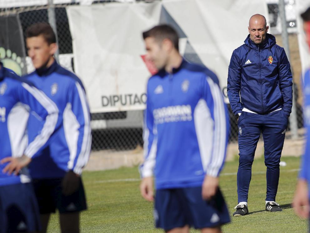 César Láinez observa desde el fondo del campo el trabajo del equipo en el entrenamiento de este viernes.