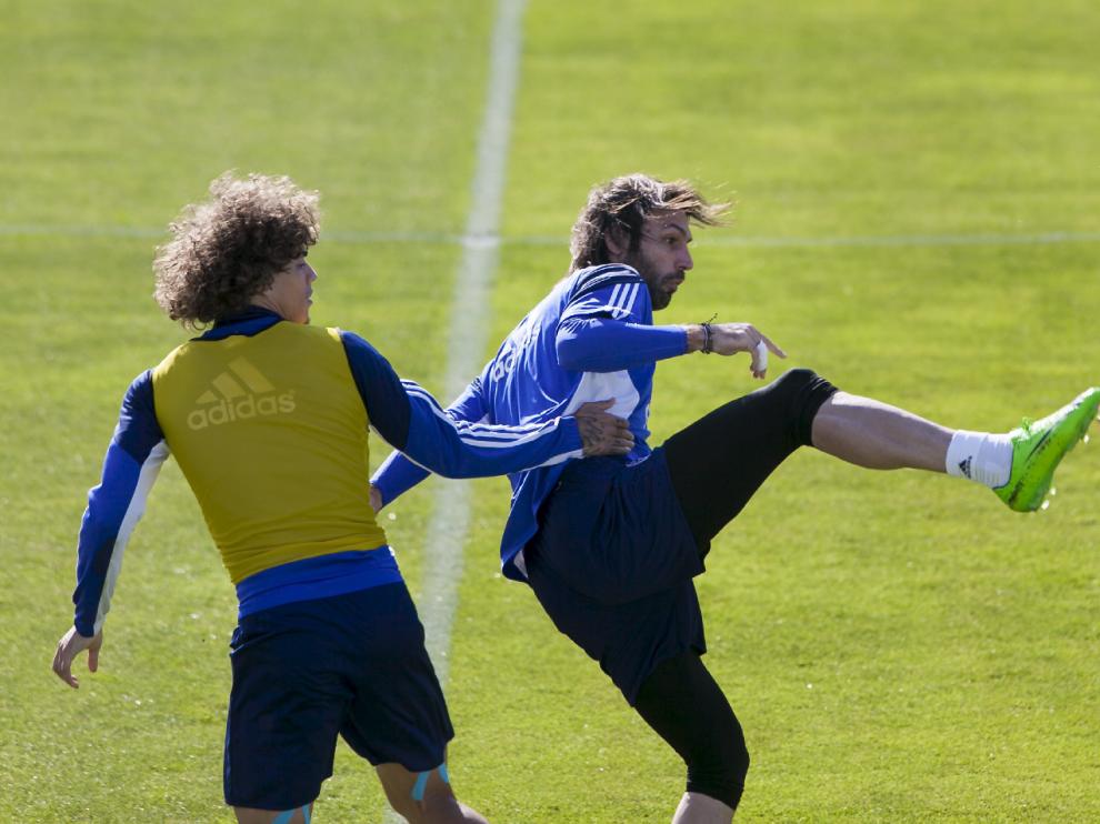 Samaras intenta controlar un balón presionado por Feltscher en un ensayo.