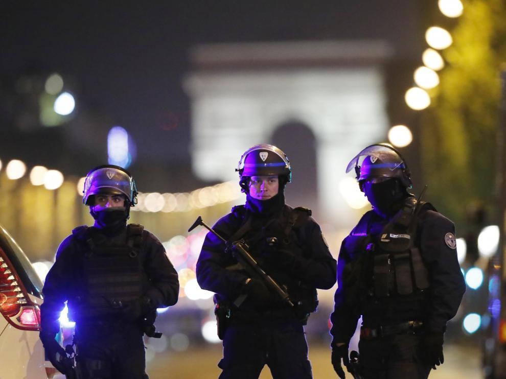 Oficiales de la Policía francesa custodian la zona hoy, jueves 20 de abril de 2017, después de que se registrara un tiroteo, en el que un oficial de policía fue asesinado junto con su atacante, al mismo tiempo que otro oficial resultó herido, en los Campos Elíseos
