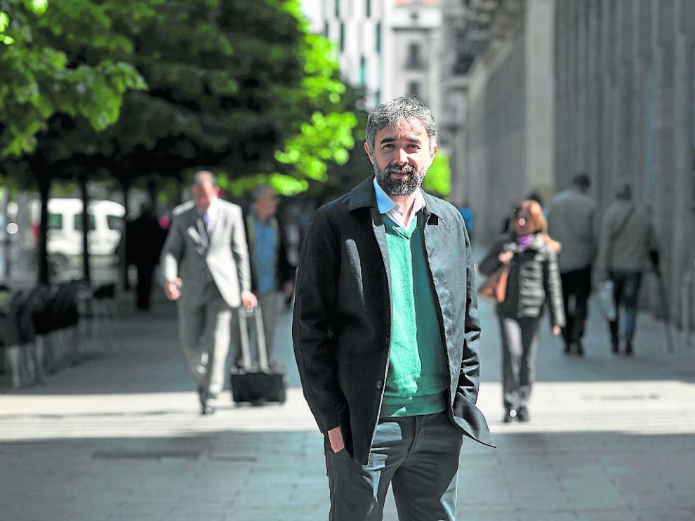 Carlos Vera, que ha estudiado la escolarización aragonesa, en el paseo de la Independencia.