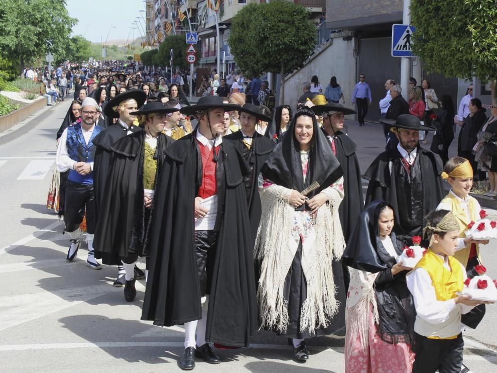 Varias mujeres colaboraron vistiendo a la novia.