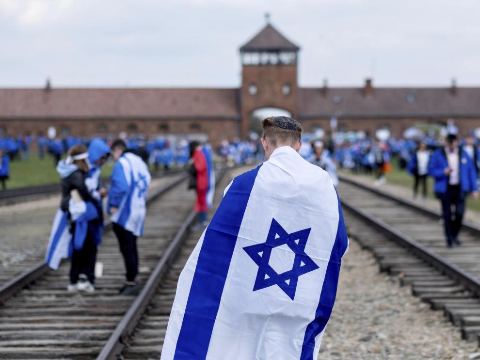 Miles de jóvenes recuerdan en Auschwitz a las víctimas del Holocausto