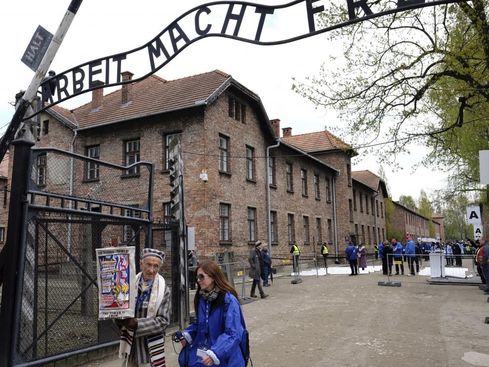 Miles de jóvenes recordando en Auschwitz a las víctimas del Holocausto.