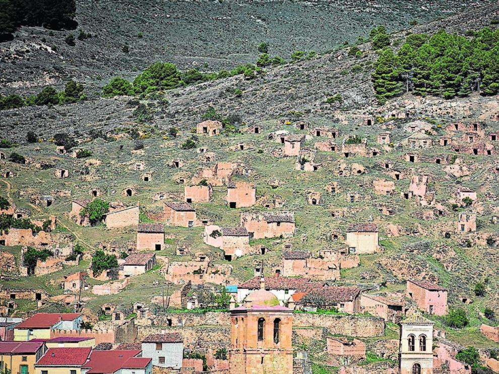 Torrijo de la Cañada tiene un centenar de bodegas en el cerro.