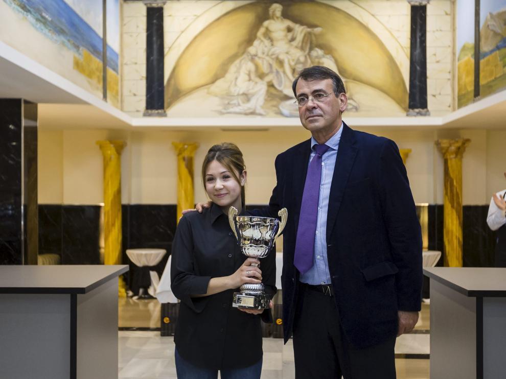 La ganadora del concurso, Inés Gimento, junto al director del Fórum Cultural del Café, Antonio Gros.
