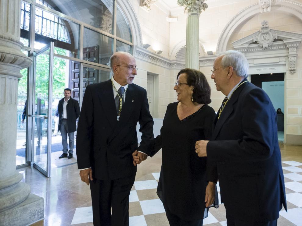 María Ángeles Cañada, a la entrada del acto, junto a su hermano, Alejandro Cañada, y Miguel Caballú.
