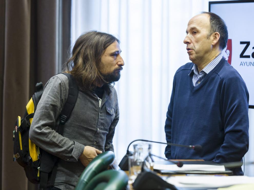 El concejal de Vivienda, Pablo Híjar, conversa con el portavoz de CHA, Carmelo Asensio.