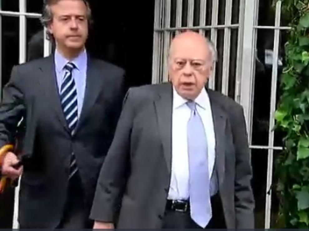 El expresidente de la Generalitat Jordi Pujol, este miércoles a la salida de su casa, que ha sido registrada por la Policía.